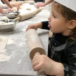 Beneficiile gătitului alături de copii